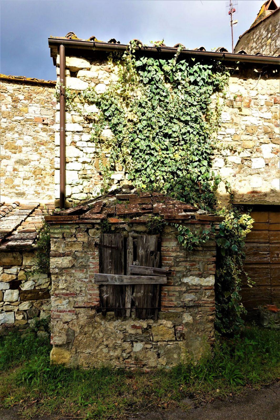 Vakkert gammelt falleferdig hus i Toscana