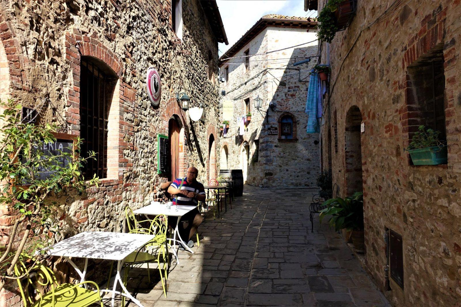 Koser oss på kafe i Toscana. Ikke glem å ha med kontanter om du er sulten