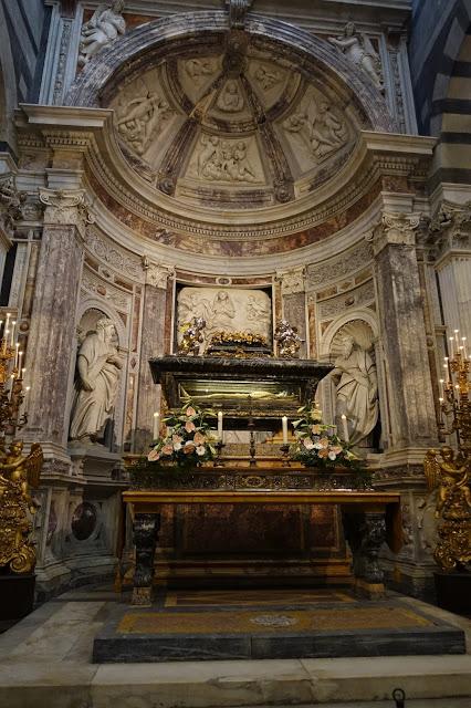 bildet viser Takmalerier, veggmalerier, statuer. Hele katedralen er spekket med detaljert kunst som tar pusten fra deg. Gå sakte igjennom og bare nyt det!