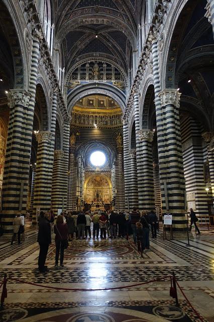 bildet viser besøket vårt inne i Duomo di Sienna Italia