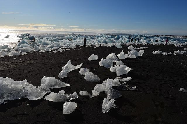 Vatnajökull kalver ut tonnevis med isklumper hver dag.