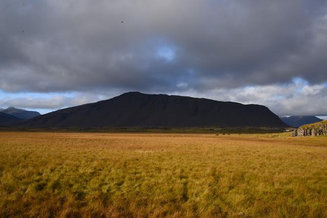 fjell på island av svart lavasand
