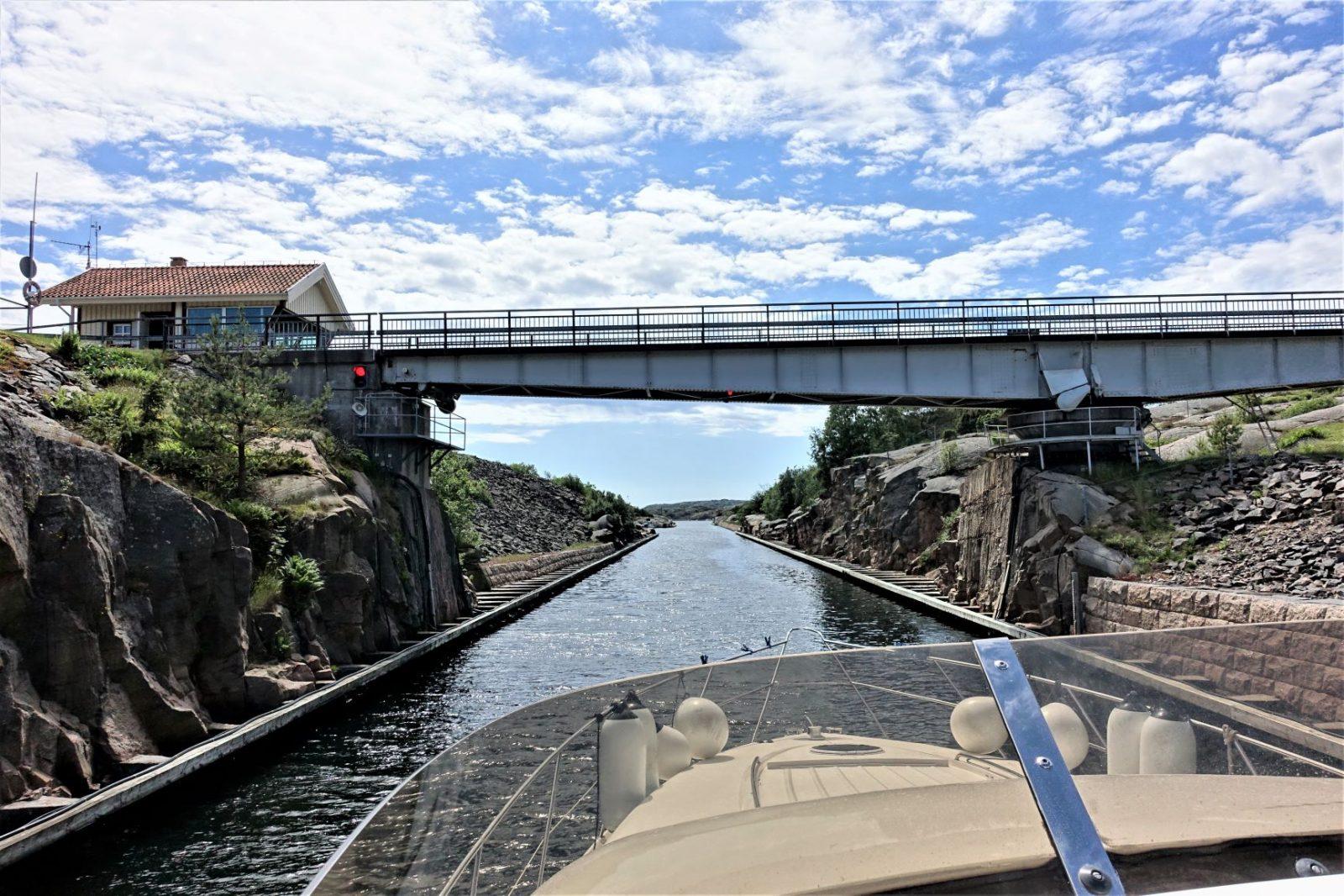 seiler under brua i sotenkanalen svenskekysten