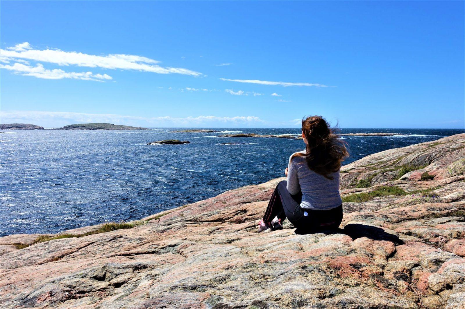 Nyter utsikten mot Hallö fyr Michelle Aavitsland