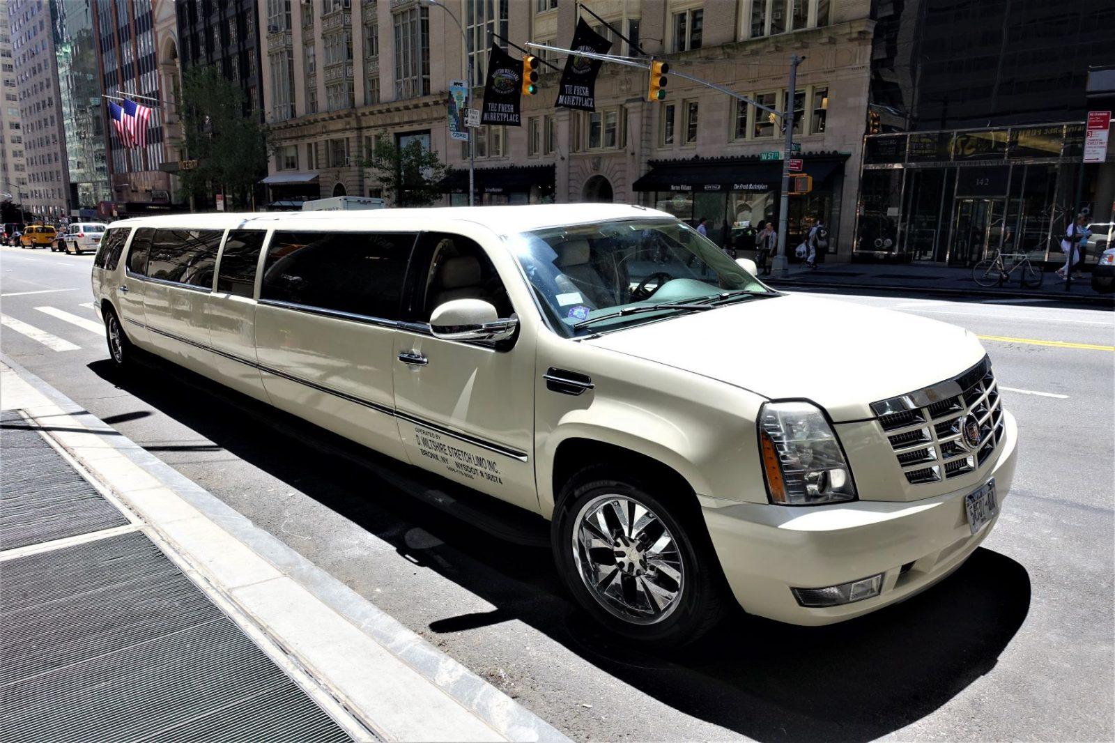 En veldig lang limousin i New yorks gater. fargen er lys beige