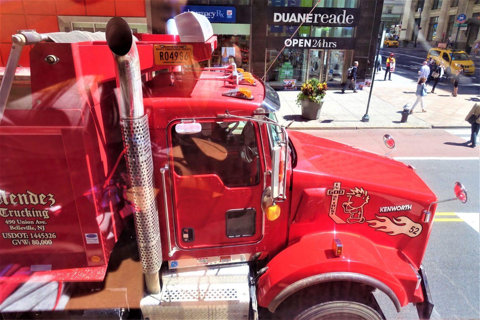 stor rød lastebil i gatene i new york