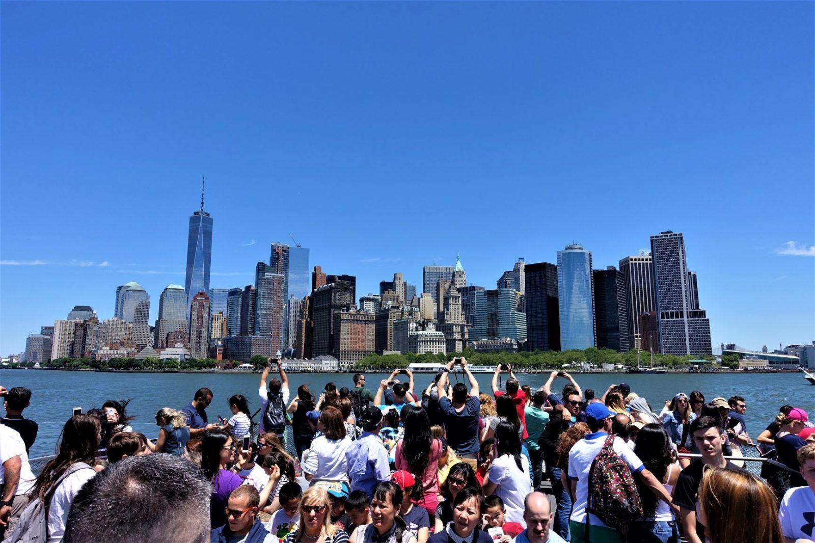 Turistene ankommer New York med båt