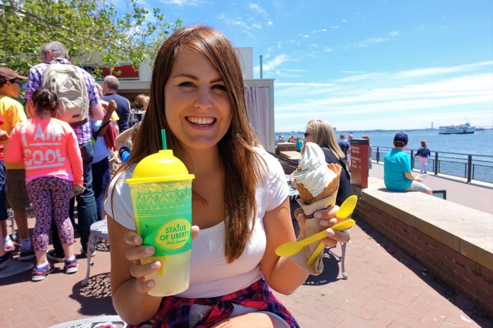 Michelle Aavitsland nyter avkjølt limonade ved frihetsgudinnen i new york