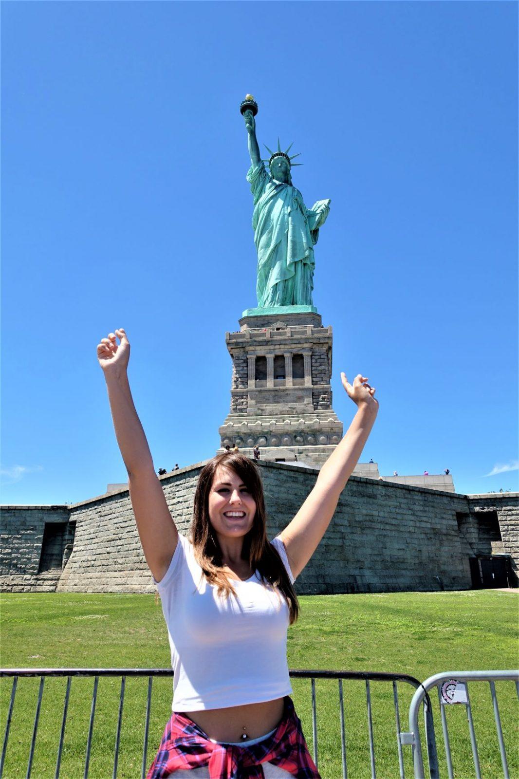 frihetsgudinnen i New york the liberty med Michelle Aavitsland poserende foran