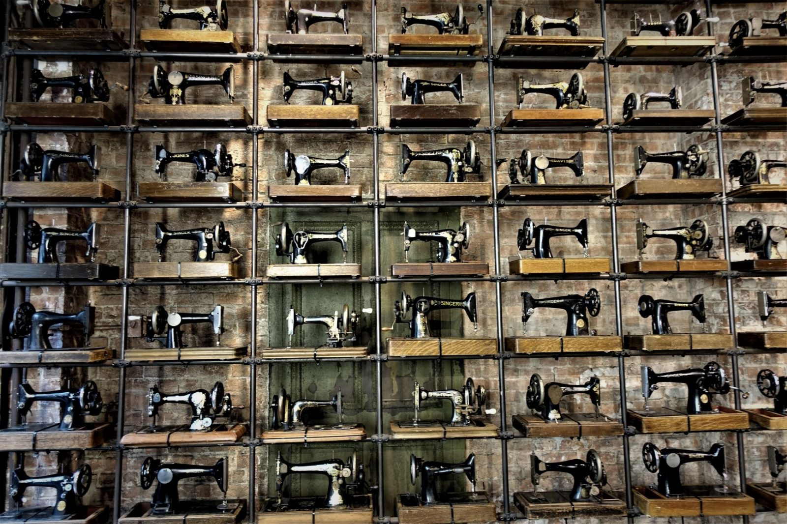 hundrevis av singer symaskin i en klesbutikk i New York
