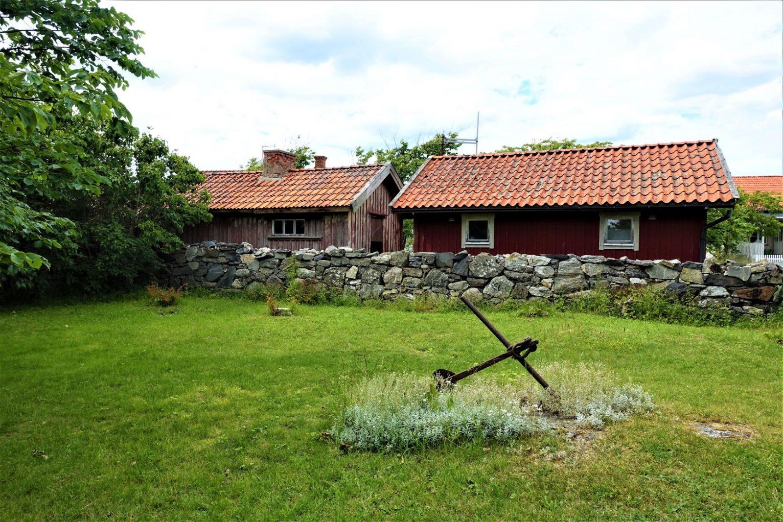 Steingjerde og veldig gamle hus på käringö