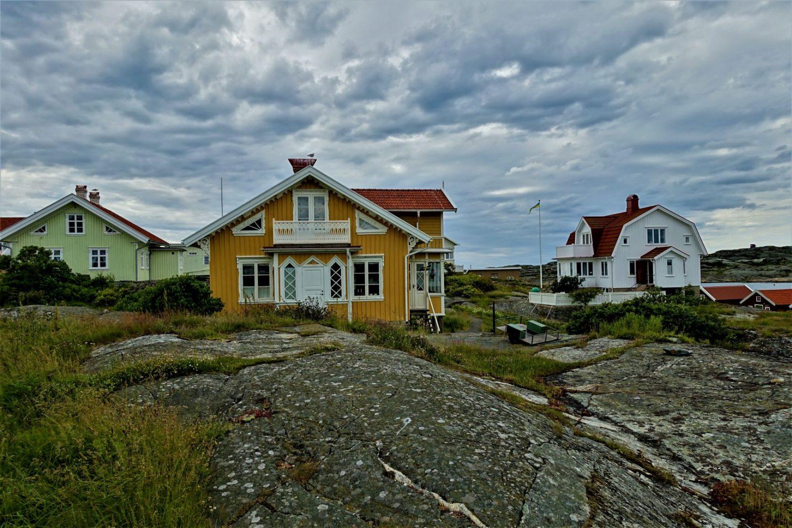 Gult vakkert gammelt hus på Käringö Bohuslänkysten