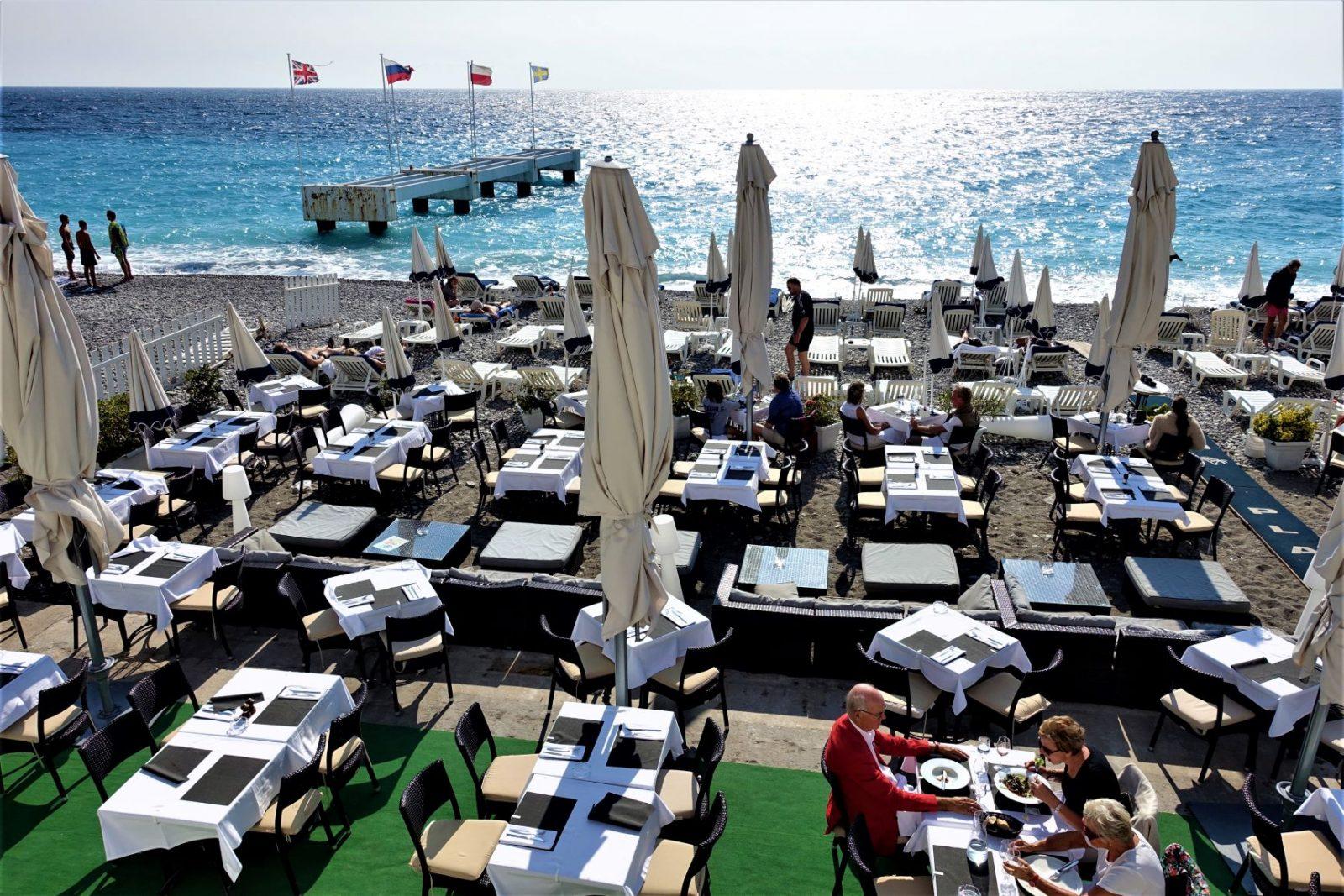 Restaurant på stranden i Nice