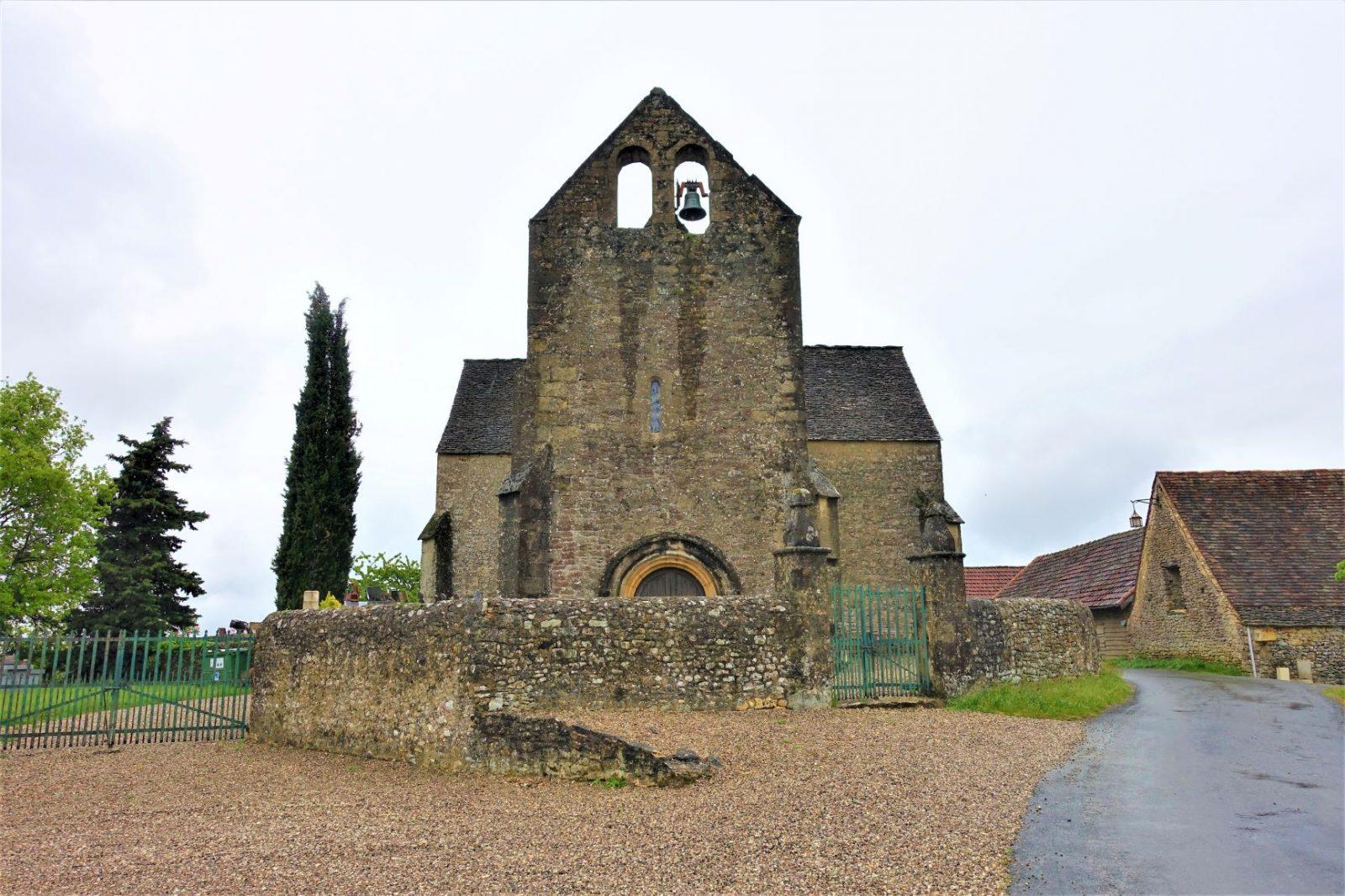 en veldig gammel kirke på den franske landsbygda