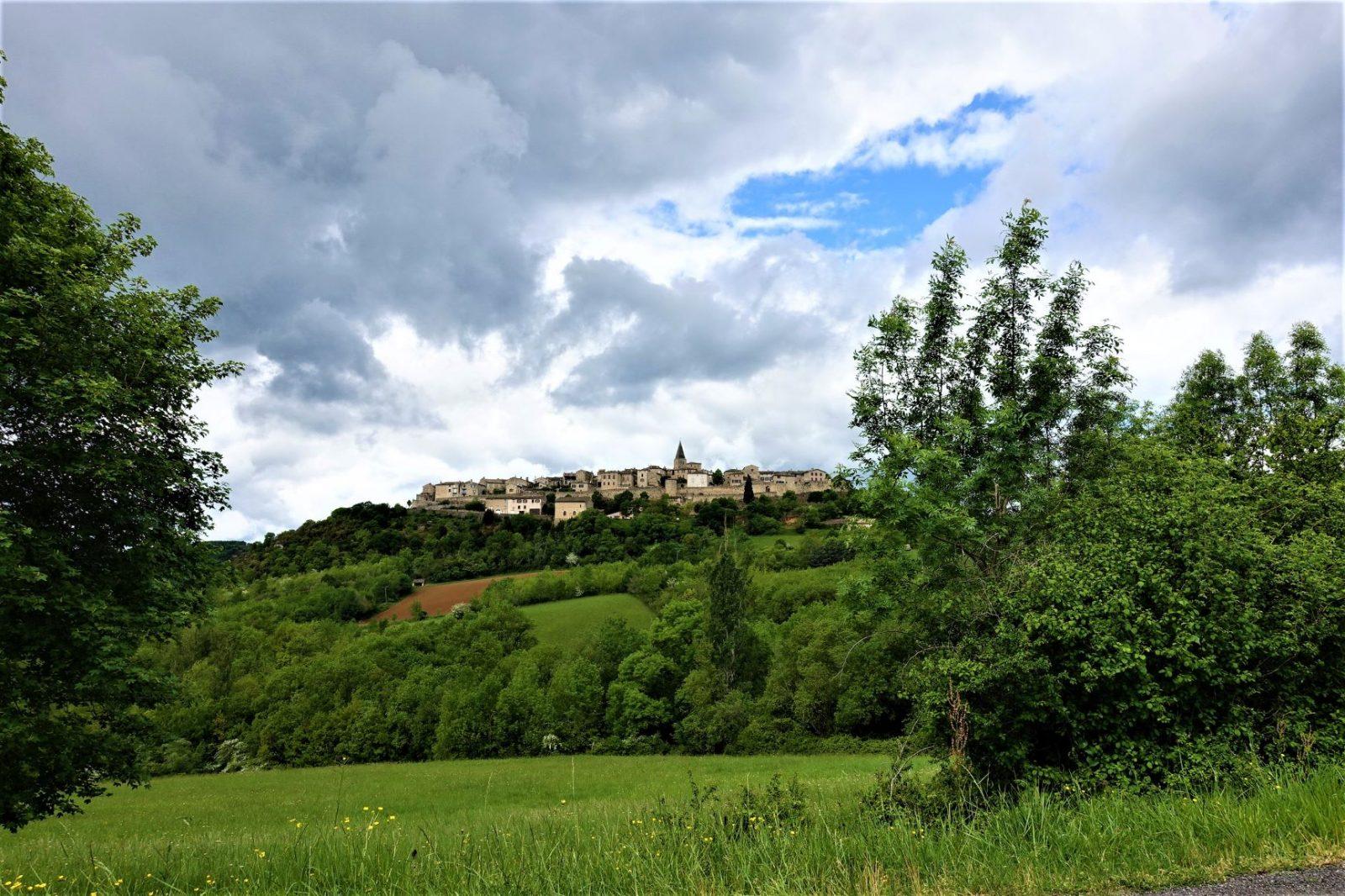 En vakker by oppe i åsen på den franske landsbygda