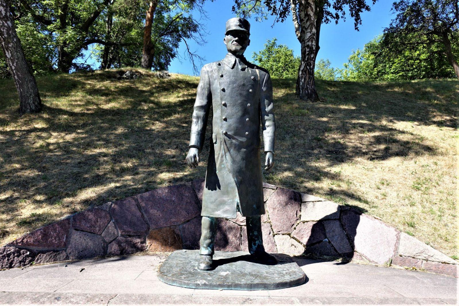Kommandant Birger Eriksen statue