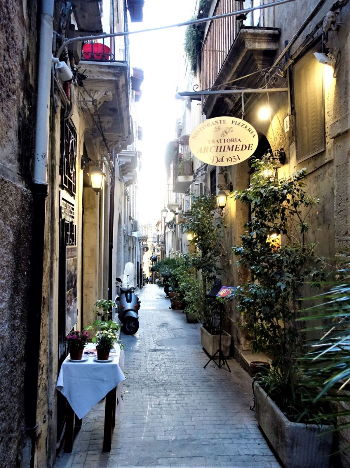 smal vakker gate i Siracusa Sicilia