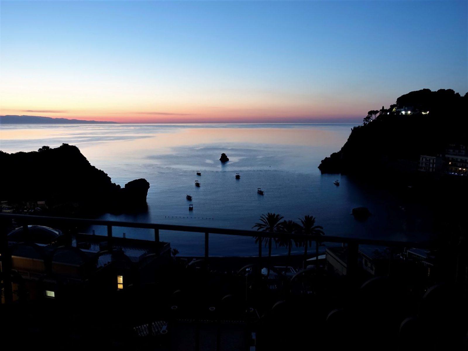 Solnedgang fra balkongen i Taormina Sicilia