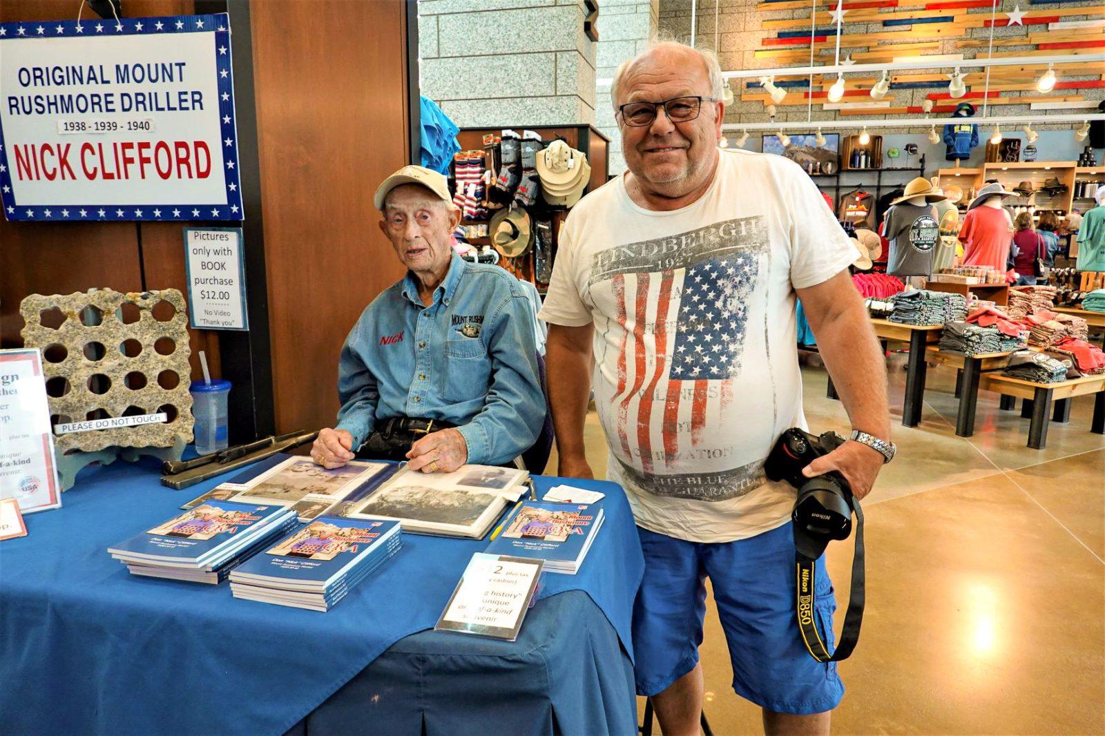 Vi var så heldige å treffe på eneste gjenlevende av de arbeiderne som var med å bygde monumentet Nick Clifford . Han er nå 98 år. Vi kjøpte en bok han signerte.