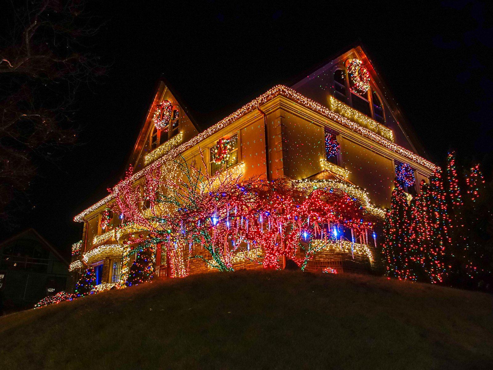 hus pyntet med rosa julelys