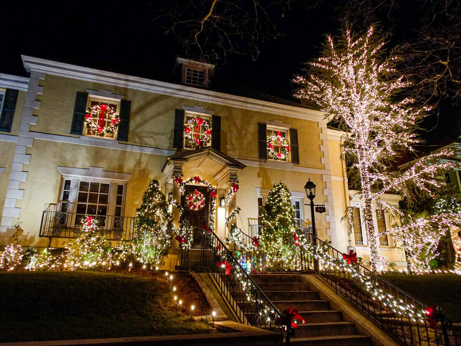 amerikansk julepyntet hus