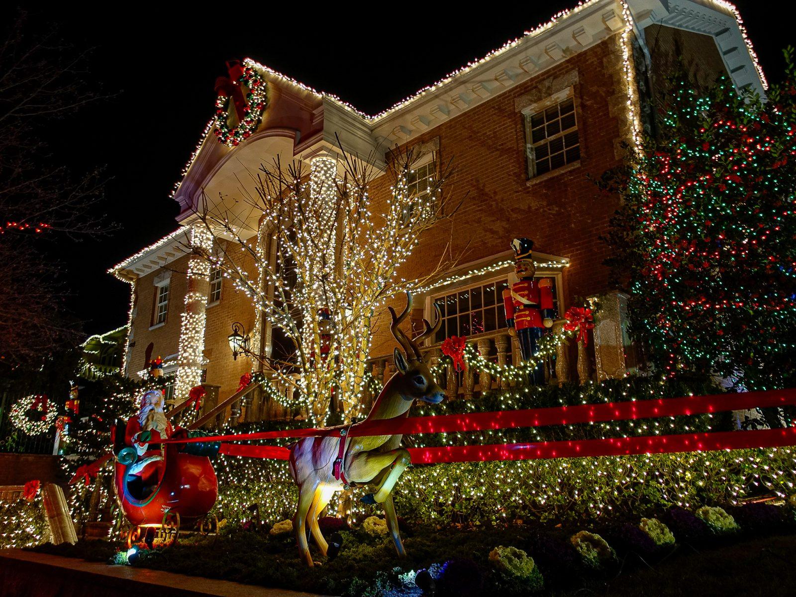 dekorert julehus reinsdyr med slede
