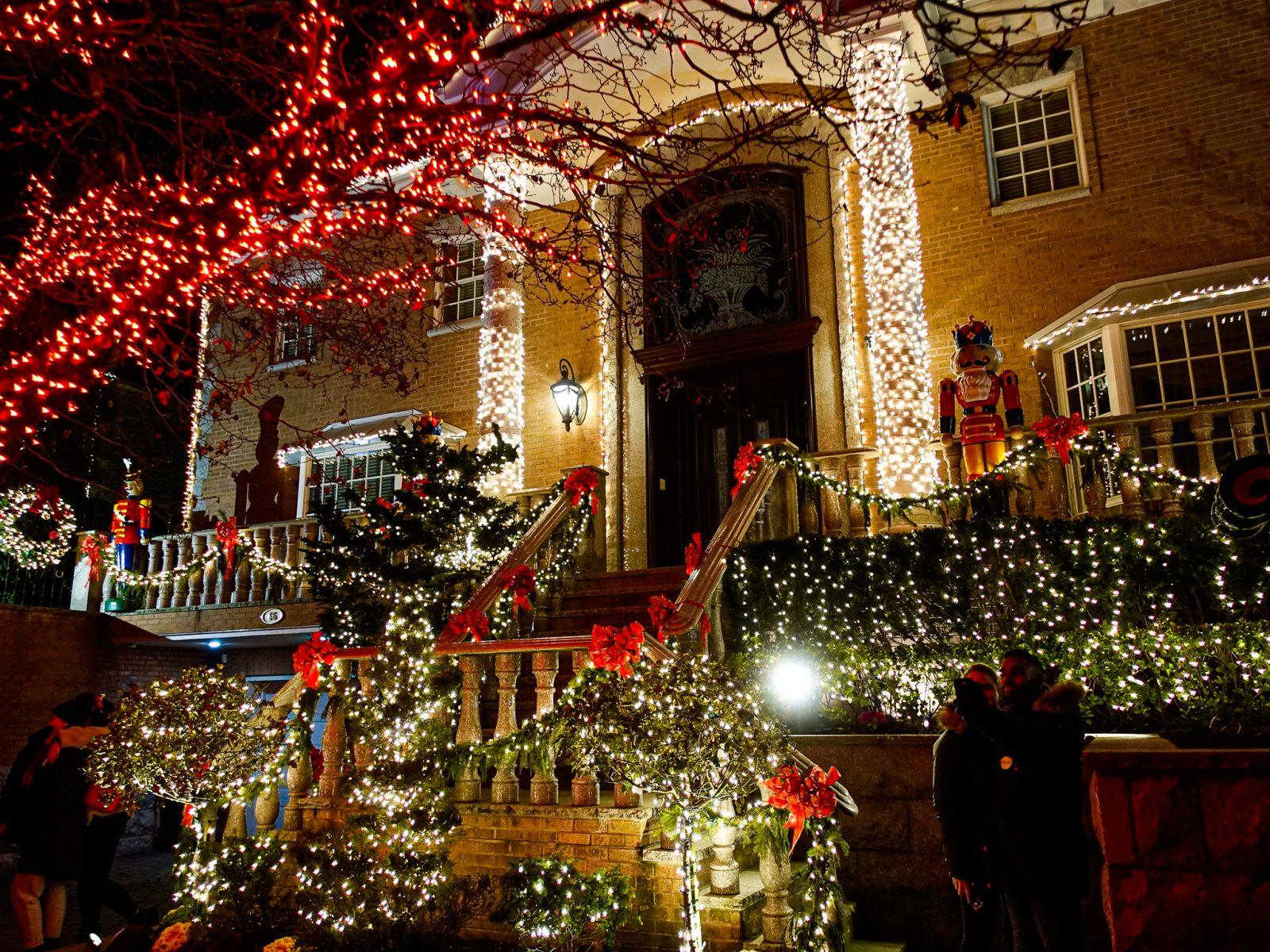 pyntet til jul med sløyfer og julepyntet terrasse