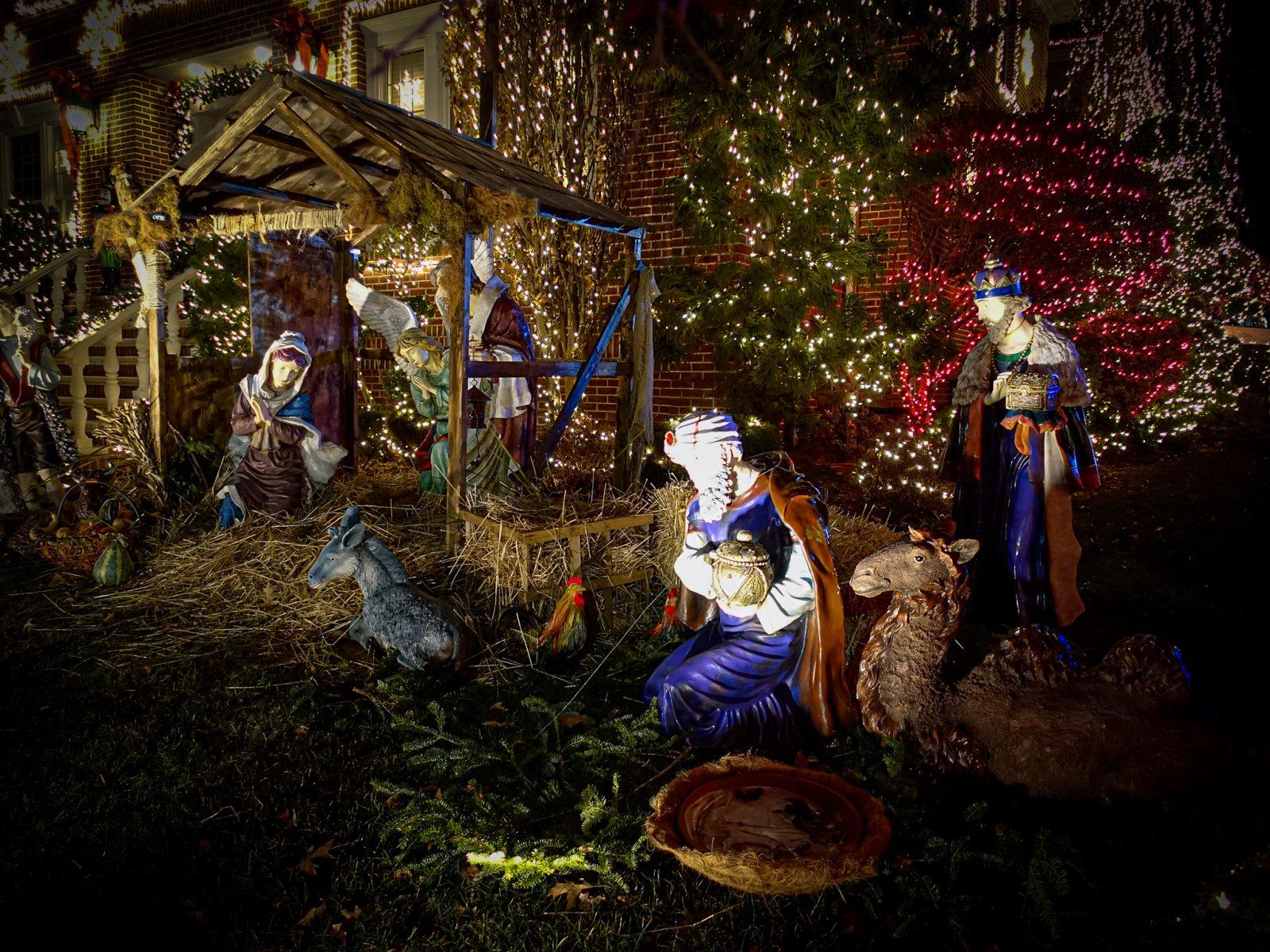 julekrybbe med maria josef og jesusbarnet