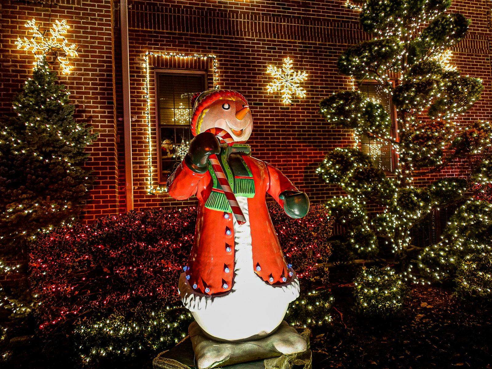 syngende oppblåsbar snømann