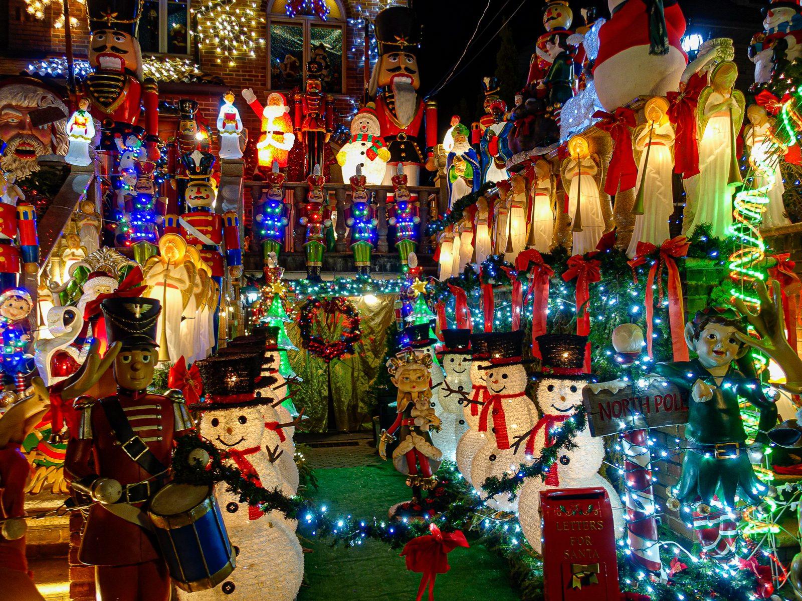 hus pyntet med amerikansk julepynt. nisser og snømenn