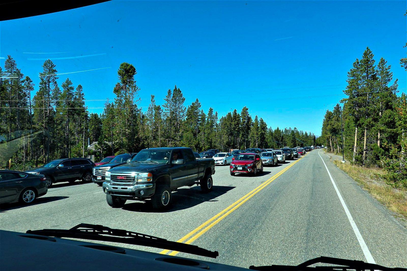 inngangen og bilkø inn til yellowstone