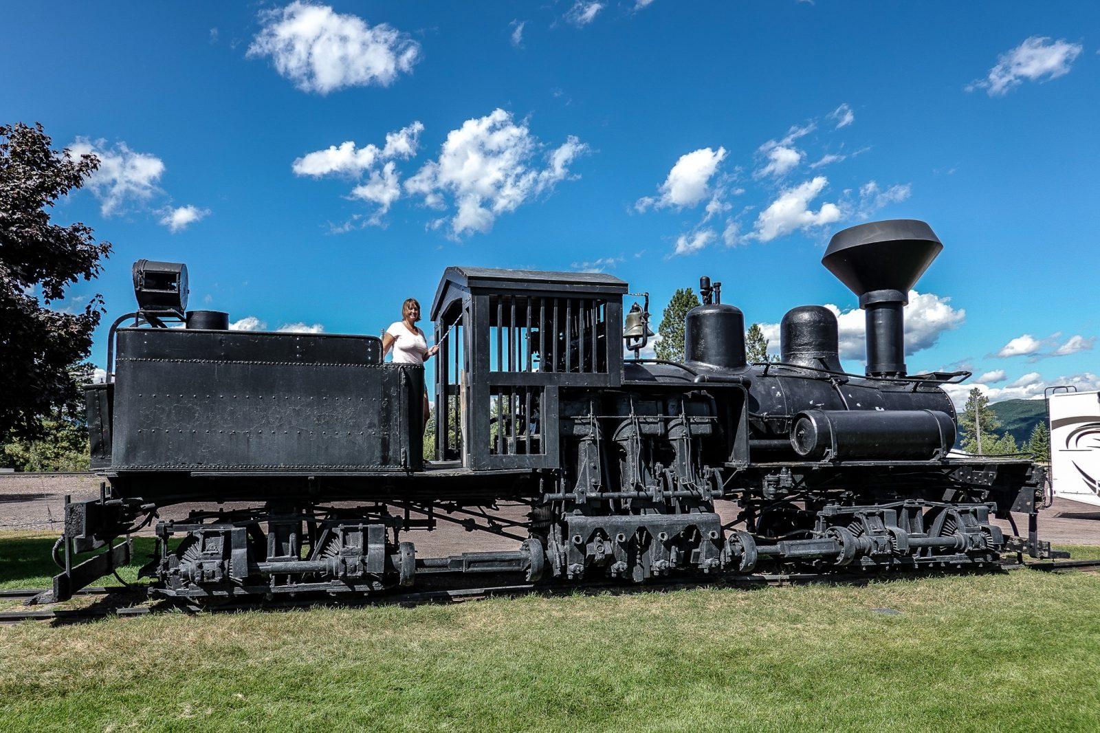 antikk lokomotiv i flathead lake i usa